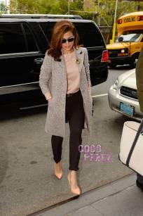 Eva Mendez looking simplistic makes the streets of NYC VERYYYY Happy.